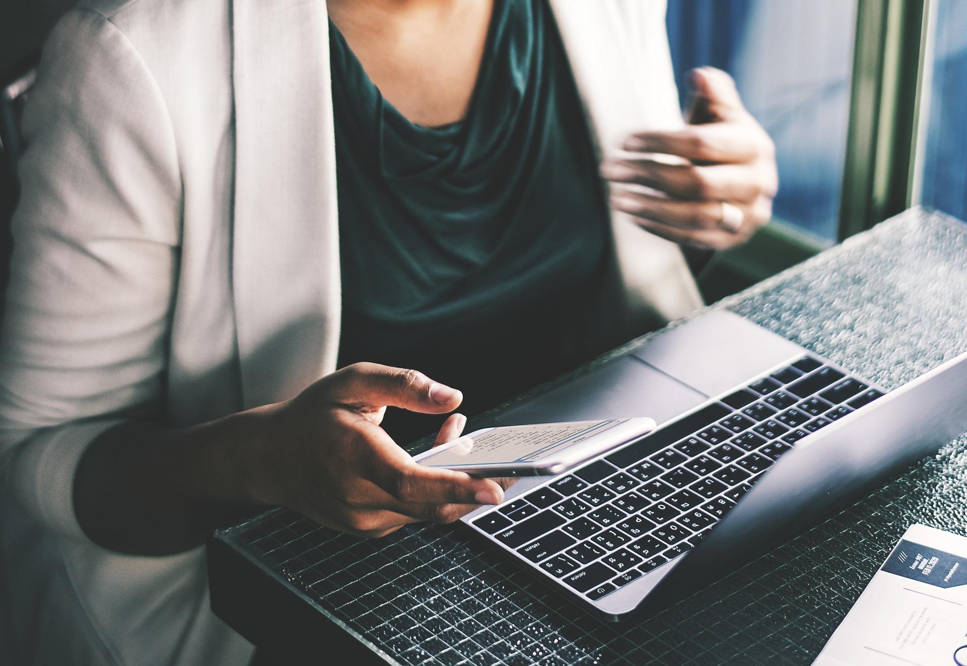 Bredband och IT-utveckling - kvinna laptop.jpg